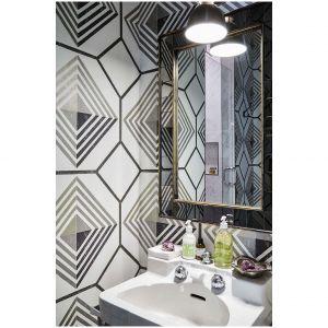 Ta inspirowana bohemą łazienka w domu polskiej projektantki Eriki Yeaman w Dallas udowadnia, że proste duże lustro może optycznie powiększyć  przestrzeń. Jest to idealne rozwiązanie, jeśli lustrzane ściany nie są w twoim typie. Fot. Cody Ulrich