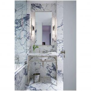 W spokojnym nowojorskim mieszkaniu, łazienka i wanna są wykonane w całości przez firmę  Waterworks, armatura jest wykonana przez firmę Lefroya Brooksa. Ściany i podłoga są pokryte marmurem Calacatta Viola. Fot. William Abranowicz