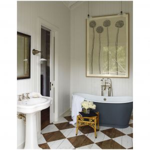 Dom rodzinny w Północnej Kalifornii wyróżnia delikatnie zaaranżowana łazienka z wanną autorstwa Waterworks, umywalka i armatura od Lefroya Brooksa oraz obraz Hugo Guinnessa. Ściany są pomalowane kolorem White Dove Benjamina Moore'a, podłoga Farrow & Ball's All White. Fot. Eric Piasecki