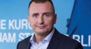 """Juliusz Pakuński, kierownik rozwoju biznesu Dachser DIY-Logistics tłumaczy, jaką rolę pełnią profesjonalne usługi logistyczne i transportowe w rozwoju budownictwa: """"Przez naszą rozbudowaną sieć bezpośrednich połączeń transportowych w sp"""