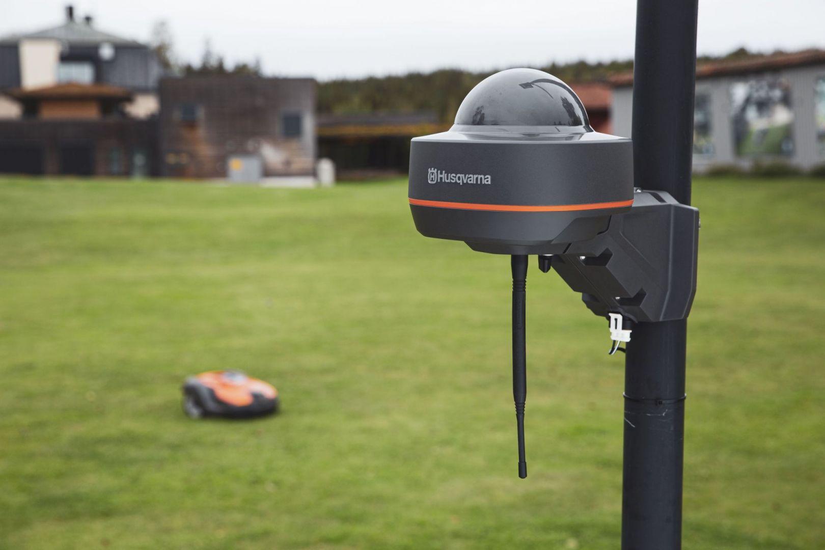 Technologia Husqvarna EPOS to rozwiązanie satelitarne umożliwiające koszenie z wirtualnymi granicami, które jest przeznaczone do nowej serii profesjonalnych kosiarek automatycznych Husqvarna Automower®.Fot. Husqvarna