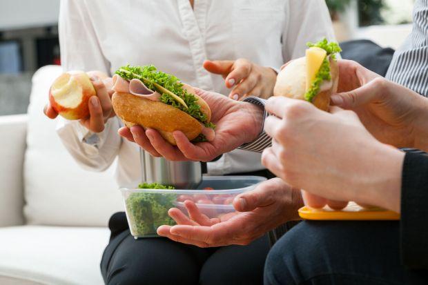 """Dbając o prawidłową dietę warto kierować zasadą ze znanego przysłowia: """"śniadanie jedz jak król, obiad jak książę, kolację jak żebrak"""". Jednak większość z nas rano je niewiele albo wcale, a to może niekorzystnie wpływać na zdrowie"""