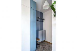 Projektantka zadbała o to, by w niewielkim przedpokoju nie zabrakło przestrzeni do przechowywania ubrań i butów. Projekt i zdjęcia: Magdalena Miszczyk-Tatara.