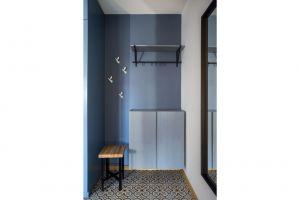 Zastosowana kolorystyka i materiały czytelnie wydzielają strefę wejściową od salonu. Projekt i zdjęcia: Magdalena Miszczyk-Tatara.