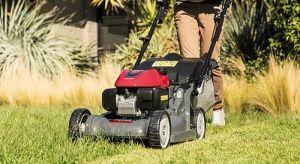 Na założenie nowego trawnika mamy czas do pierwszych przymrozków. Warto zatem wdrożyć plany już teraz. Jednocześnie warto już na samym początku procesu zakładania trawnika pomyśleć o sposobie pielęgnacji trawy w przyszłości.