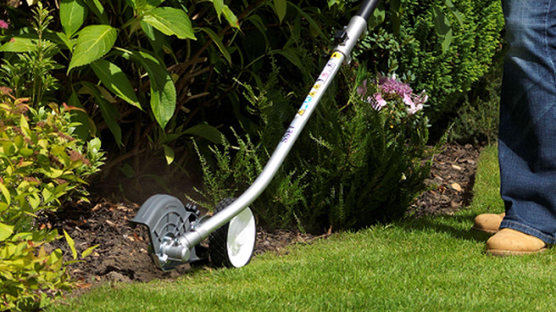 Zakładanie trawnika jesienią. Krawędziarka SSET E Honda Versatool. Fot. Honda