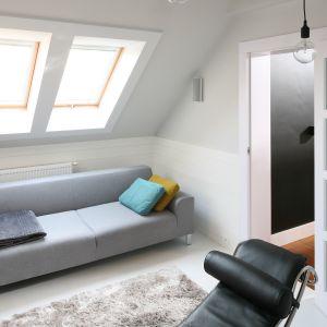 Niedużych rozmiarów pokój wypoczynkowy usytuowany jest, podobnie jak całe mieszkanie, na poddaszu. Ze względu na niewielką przestrzeń wybrano tu niedużą sofę w jasnym kolorze. Projekt: Agnieszka Zaremba, Magdalena Kostrzewa-Świątek. Fot. Bartosz Jarosz