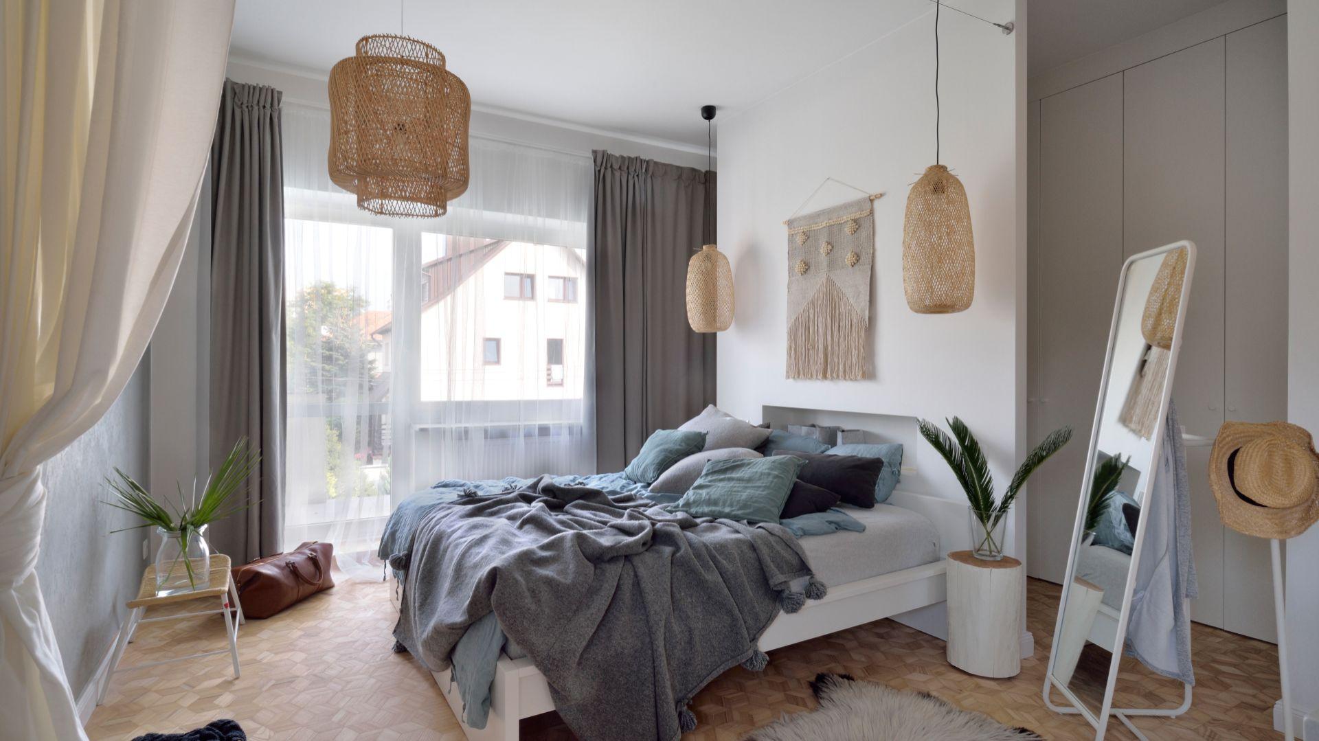 Przytulna sypialnia. Projekt: SHOKO.design. Fot. Łukasz Nowosadzki /Archilens.pl