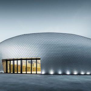 """Hala sportowa """"UFO"""" w Czechach. Nieprawdopodobny kształt udało się uzyskać dzięki dachówce łupkowej. Fot. Prefa"""
