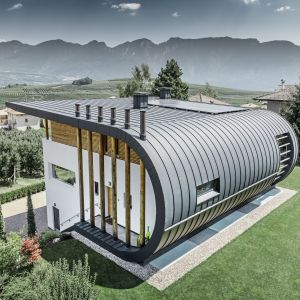 Casa Giovannini. Jest to nieprawdopodobny domek, którego dach przechodzi w elewacje, a kształt udało się uzyskać dzięki wspaniałym właściwościom aluminium. Fot. Prefa
