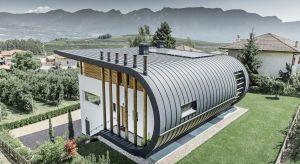 Aluminium daje niesamowite możliwości kształtowania nie tylko dachu, ale też całej elewacji budynku. Jest coraz częściej z powodzeniem wykorzystywane w nowoczesnych projektach architektonicznych. O zaletach i wszechstronności tego materiału mówi