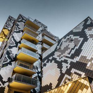 Blok mieszkalny we Francji. Architekci pragnęli odwzorować skórę Pytona w kolorystyce budynku. W ofercie Prefa znaleziono kształty i kolory, które to umożliwiły. Fot. Prefa