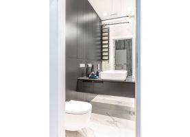 W łazience rodziców postawiono na funkcjonalność i wykończenie materiałami klasy premium.  Projekt i zdjęcia: Decoroom