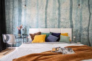 """Niekwestionowaną """"bohaterką"""" sypialni stała się ozdobna tapeta za łóżkiem, która w jednej chwili przenosi nas na łono kojącej natury. Projekt i zdjęcia: Decoroom"""