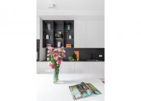 W połączonej z salonem kuchni powstała ascetyczna a jednocześnie praktyczna przestrzeń dla miłośników gotowania i przechowywania. Projekt i zdjęcia: Decoroom