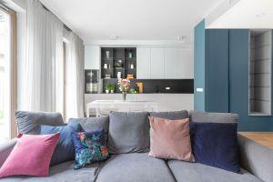 Na warszawskim Bemowie powstało nowoczesne mieszkanie, w którym oswojony minimalizm swobodnie przeplata się z zaskakującymi elementami wystroju zapewniając mieszkańcom komfort i pożądaną funkcjonalność. Projekt i zdjęcia: Decoroom