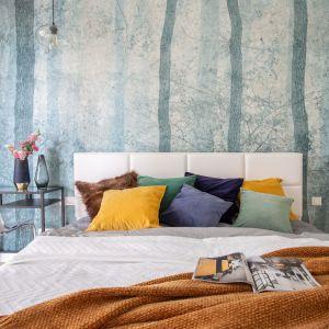 """Niekwestionowaną """"bohaterką"""" sypialni architektka uczyniła ozdobną tapetę za łóżkiem, która w jednej chwili przenosi nas na łono kojącej natury. Projekt i zdjęcia: Decoroom"""