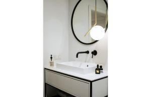 Połączenie klasyki i nowoczesności tworzy w łazience luksusowy klimat.  Projekt: Madama. Fot. Yassen Hristov
