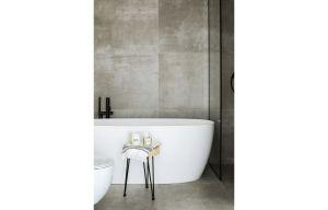 Co więcej, lokatorzy mogą cieszyć się zarówno wanną, jak i prysznicem.  Projekt: Madama. Fot. Yassen Hristov