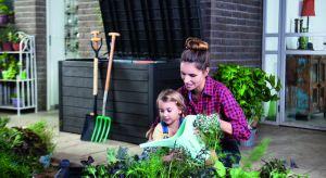 Porządek w ogrodzie to nie tylko przystrzyżony trawnik czy zagrabione liście. Podczas pracy w nim niezbędne są narzędzia, które ułatwiają jego pielęgnację. Gdy zbliża się koniec sezonu, warto pomyśleć o odpowiednim ich przechowaniu.