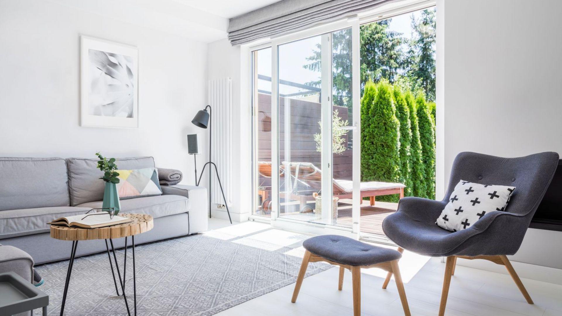 Salon z wyjściem na taras. Fot. Swiss Krono