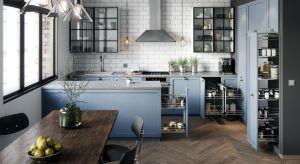 Czy drewniane, frezowane fronty nie będą kłócić się z innowacyjnymi rozwiązaniami? Absolutnie nie. Dobrym przykładem są funkcjonalne akcesoria meblowe, które równie dobrze sprawdzają się w kuchniach rodem z loftu, jak i wiejskiej rezydencji.