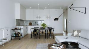 74-metrowe mieszkanie w sPlace Park zostało zaprojektowane w minimalistycznym, nieco ascetycznym stylu. Harmonijne wnętrza dopasowano do potrzeb i oczekiwań młodych miłośników podróży. Zaaranżowano je tak, by ponadczasowej prostocie towarzyszył