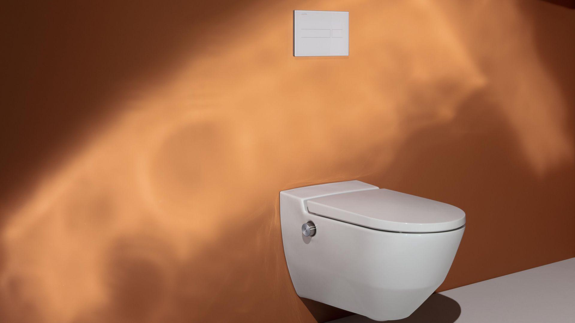 Toaleta myjąca Navia z bezkołnierzową miską w.c. z higieniczną powłoką LCC. Fot. Laufen