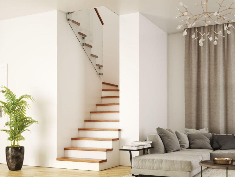 Obicie schodów betonowych stopniami z litego dębu w kolorze natura. Fot. Rintal Polska