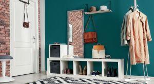 Cegła dekoracyjna na ścianie przykuwa uwagę industrialną surowością i bezkompromisowym charakterem. Jej nieregularna struktura oraz ciekawe odcienie tworzą we wnętrzu niebanalne tło, efektownie zdobiąc każde pomieszczenie.