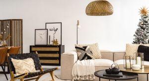 Świąteczna dekoracja wnętrza w stylu Boho bazuje na naturalnych materiałach i kolorach z palety barw ziemi. Choinkę zdobią tu materiałowe chwosty i pompony, przeplatane dekoracjami z trawy i papieru.