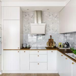 Biała kuchnia. Piękne wnętrza z polskich domów. Projekt Joanna Morkowska-Saj. Fot. Foto&Mohito