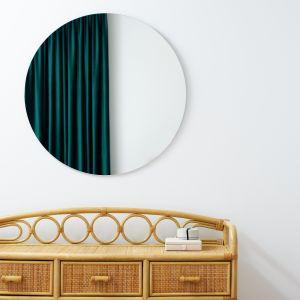 Rattanowe komoda doskonale pasuje do pięknego łóżka. Projekt: Aleksandra Sowińska. Fot. Radek Słowik