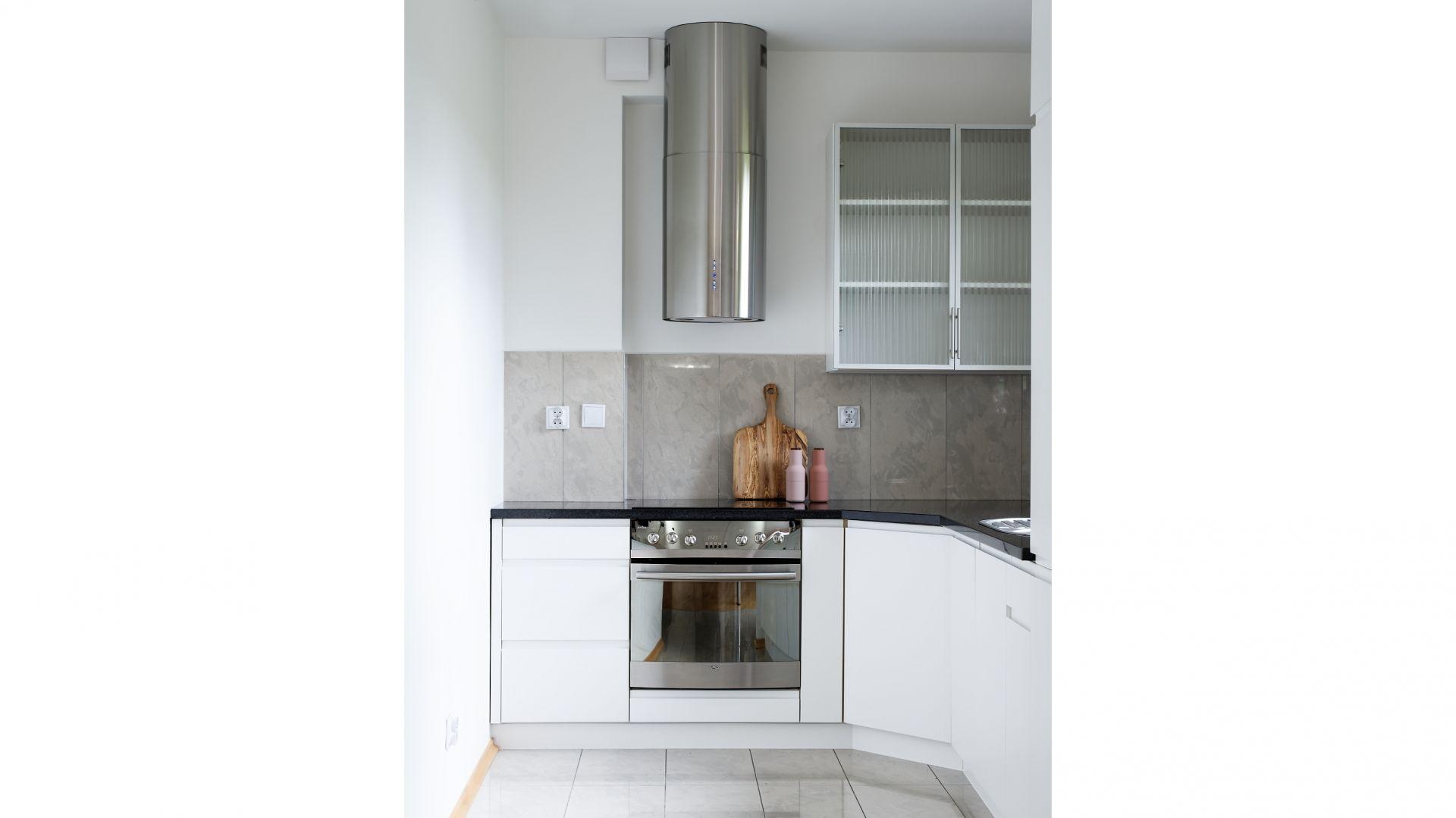 Niewielka kuchnia umieszczona została we wnęce, dzięki czemu nie widać jej z salonu. Projekt: Aleksandra Sowińska. Fot. Radek Słowik