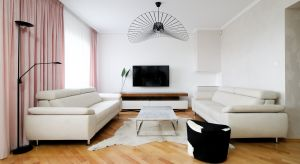 W tym nowoczesnym wnętrzu dominuje biel, ład, estetyka oraz nietuzinkowe akcenty. Wszystko skomponowane w doskonałych proporcjach.