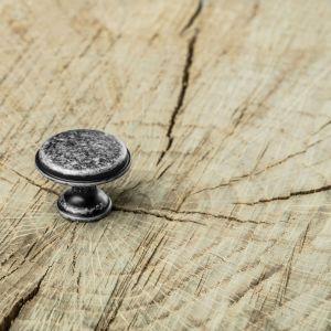 Detale, takie jak uchwyty i wieszaki stylizowane na antyczne, w naturalny, ale i ciekawy sposób uzupełnią na przykład przytulne, ciepłe wnętrza, urządzone rustykalnie. Fot. GTV