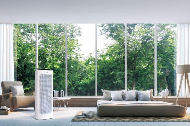 Przed smogiem za oknem należy chronić się w sezonie grzewczym, ale na szkodliwe cząsteczki unoszące się w pomieszczeniach powinniśmy uważać przez cały rok. W walce z nimi pomoże nam oczyszczacz powietrza.