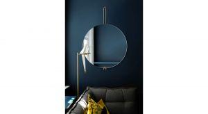 Minimalistyczna prostota: okrągła tafla lustra na pionowym zawiesiu z mosiądzu. Lustro bardzo subtelne ale jednocześnie wyraziste. Produkt zgłoszony do konkursu Dobry Design 2020.