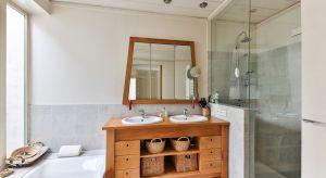 Jak urządzić małą łazienkę? Poniżej 3 praktyczne wskazówki od specjalistów.