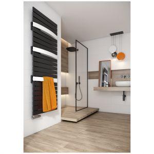 Szerokie kolektory nadają grzejnikowi Evia nowoczesny wygląd, a sekcje płaskich kolektorów oddzielone są od siebie pojedynczymi kolektorami delikatnie wygiętymi w łuk, które pozwalają na szybkie suszenie ręczników czy ubrań. Dostępny e ofercie firmy Purmo. Fot. Purmo