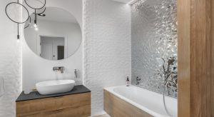 Pomysłów na urządzenie łazienki jest całe mnóstwo. My dziś stawiamy na jasne kolory i prezentujemy piękne wnętrza urządzone w beżach, szarościach, bieli.
