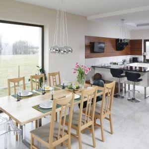 Kuchnia otwarta na jadalnię i salon to jedno z najczęściej stosowanych rozwiązań w polskich domach. Projekt Piotr Stanisz. Fot. Bartosz Jarosz