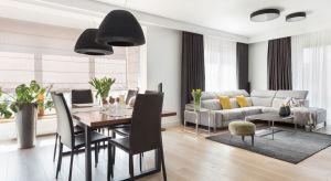 Istnieje kilka sposobów na powiększenie przestrzeni mieszkalnej w małym domu. Jednym z nich jest stworzenie otwartej części dziennej. W przypadkuniewielkiego metrażu warto połączyć salon z jadalnią i kuchnią.