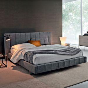Łóżko tapicerowane z pikowanym zagłówkiem dostępne w ofercie firmy Molteni. Fot. Molteni