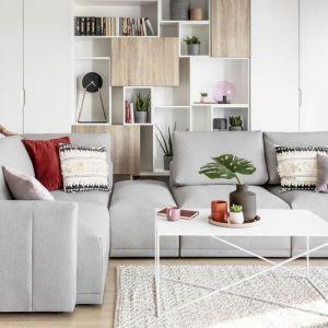 Sofa do salonu w szarym kolorze z kolekcji Grande. Dostępna w ofercie firmy Meble Wajnert. Fot. Meble Wajnert