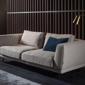 Szara sofa do salonu z kolekcji Amaya dostępna w ofercie firmy Mti-Furninova. Fot. Mti-Furninova