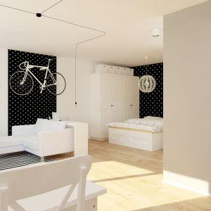 Białe wnętrze urozmaicono czarnymi fragmentami ścian w kropki. Fot. aledesign.pl