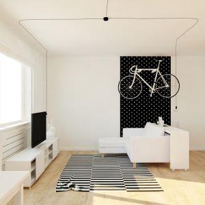 Wyrazistym geometrycznym akcentem odcinającym się od subtelnych krzywych i łuków jest dywan w biało-czarne paski.Fot. aledesign.pl