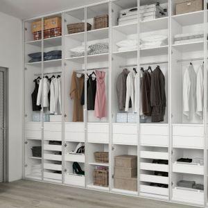 Którą szafę wybrać: gotową czy na wymiar. Fot. Komandor