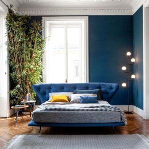 Łóżko tapicerowane z kolekcji Lovy (projekt Sergio Bicego) dostępne w ofercie firmy Bonaldo. Fot. Bonaldo